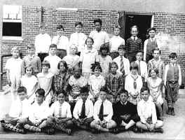 part5_school_picture_1933-5.jpg (84032 bytes)